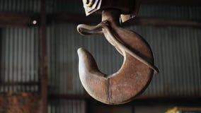 Βαρύς σκουριασμένος γάντζος σε μια ταλάντευση εγκαταστάσεων απόθεμα βίντεο