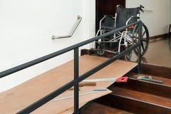 Βελτίωση σπιτιών, κεκλιμένη ράμπα αναπηρικών καρεκλών εγκατάστασης για τη γήρανση και ηλικιωμένοι στοκ εικόνα με δικαίωμα ελεύθερης χρήσης