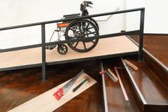Βελτίωση σπιτιών, κεκλιμένη ράμπα αναπηρικών καρεκλών εγκατάστασης για τη γήρανση και ηλικιωμένοι στοκ φωτογραφίες