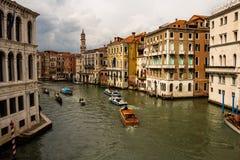 Βενετία Ιταλία 15 Μαΐου 2018 Άποψη των καναλιών της Βενετίας που διέρχονται με τις βάρκες Πολυάριθμα χαρακτηριστικά κτήρια αναγέν στοκ εικόνα με δικαίωμα ελεύθερης χρήσης