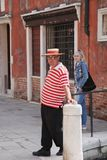 Βενετία, Ιταλία - το Μάιο του 2016: Τοπικός πολίτης στα φωτεινά κόκκινα και άσπρα λωρίδες ένδυσης και καπέλων Οδός της Βενετίας στοκ φωτογραφίες