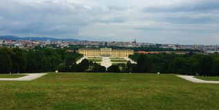 Βιέννη - το πάρκο στο παλάτι Schönbrunn - Gloriette στοκ φωτογραφία με δικαίωμα ελεύθερης χρήσης