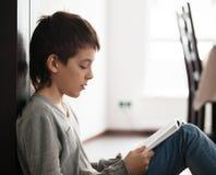 Βιβλίο ανάγνωσης αγοριών στοκ εικόνα