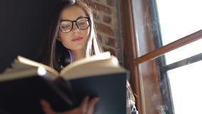Βιβλίο ανάγνωσης σπουδαστών απόθεμα βίντεο