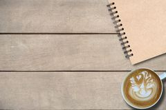 Βιβλίο κάλυψης καφετιού στον ξύλινο πίνακα, διάστημα αντιγράφων, χλεύη επάνω στο αντικείμενο στοκ φωτογραφίες
