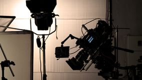 Βιντεοκάμερα στην ταινία ή παραγωγή κινηματογράφων στο τρίποδο στοκ φωτογραφίες