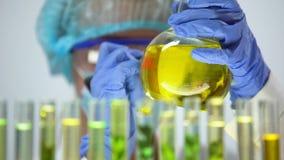 Βιολόγος που χαρακτηρίζει τη φιάλη με την προστασία ερευνητικής φύσης εναλλακτικού καυσίμου βιολογικών καυσίμων απόθεμα βίντεο