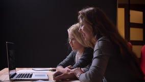 Βλαστός κινηματογραφήσεων σε πρώτο πλάνο της νέας καυκάσιας γυναίκας και του γλυκού της λίγη κόρη που προσέχει έναν κινηματογράφο απόθεμα βίντεο