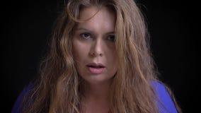 Βλαστός κινηματογραφήσεων σε πρώτο πλάνο του ενήλικου καυκάσιου θηλυκού brunette που ενοχλείται και εξαγριωμένου εξετάζοντας τη κ φιλμ μικρού μήκους