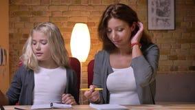 Βλαστός κινηματογραφήσεων σε πρώτο πλάνο του νέου καυκάσιου χρόνου εξόδων μητέρων μαζί με την κόρη της και βοήθεια την με την εργ απόθεμα βίντεο
