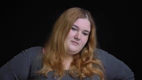 Βλαστός κινηματογραφήσεων σε πρώτο πλάνο του νέου υπέρβαρου καυκάσιου θηλυκού που παίρνει ενοχλημένου και ματαιωμένου μπροστά από απόθεμα βίντεο