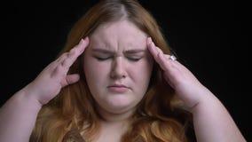 Βλαστός κινηματογραφήσεων σε πρώτο πλάνο του νέου υπέρβαρου καυκάσιου θηλυκού που και που παίρνει ένας πονοκέφαλος μπροστά από τη απόθεμα βίντεο