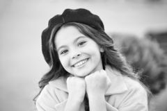 Βοηθητική γαλλική λεπτομέρεια μόδας καπέλων Beret καπέλων κοριτσιών παιδιών φωτεινή μακριά σγουρή τρίχα Εξάρτημα μόδας καπέλων πτ στοκ φωτογραφίες με δικαίωμα ελεύθερης χρήσης