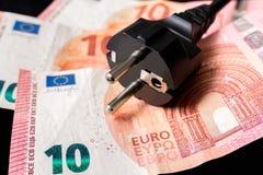 Βούλωμα ηλεκτρικής δύναμης και ευρωπαϊκά χρήματα στο υπόβαθρο στοκ φωτογραφία