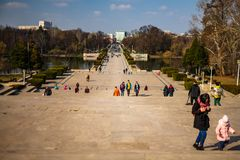 Βουκουρέστι, Ρουμανία - 2019 Πάρκο της Carol, άποψη πέρα από το παλάτι του Κοινοβουλίου στοκ εικόνα