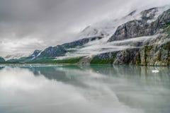 Βουνά & ωκεανός με το νεφελώδη ουρανό στον κόλπο Αλάσκα παγετώνων στοκ εικόνα