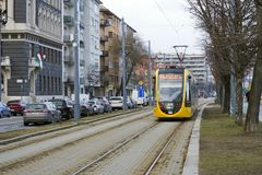 Βουδαπέστη, Ουγγαρία, στις 13 Φεβρουαρίου 2019 Κίτρινοι γύροι τραμ κατά μήκος της πορείας μεταξύ των οδών του ουγγρικού κεφαλαίου στοκ εικόνες με δικαίωμα ελεύθερης χρήσης