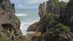 Βράχοι και blowholes τηγανιτών Punakaiki στο εθνικό πάρκο Paparoa, Νέα Ζηλανδία απόθεμα βίντεο