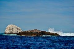 Βράχος διαβίωσης στην μπλε θάλασσα στοκ εικόνα με δικαίωμα ελεύθερης χρήσης