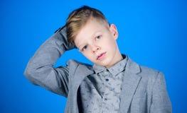 Βρήκε το ύφος του Αγοριών σύγχρονο hairstyle μπλε υπόβαθρο κοστουμιών ύφους ένδυσης επίσημο Ο βέβαιος τύπος απολαμβάνει τη μοντέρ στοκ εικόνα