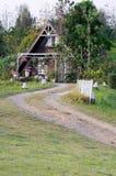 Βρώμικος δρόμος καμπυλών στο σπίτι επαρχίας στοκ εικόνα με δικαίωμα ελεύθερης χρήσης