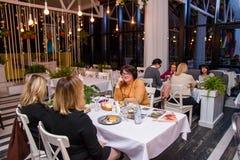 Βόλγκογκραντ, Ρωσία - το Φεβρουάριο του 2019: Πολλοί άνθρωποι δειπνούν στο εστιατόριο bright light στοκ φωτογραφία με δικαίωμα ελεύθερης χρήσης