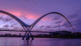 Γέφυρα απείρου στα γράμματα Τ ποταμών στοκ εικόνες με δικαίωμα ελεύθερης χρήσης