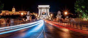 Γέφυρα Βουδαπέστη αλυσίδων τη νύχτα στοκ εικόνες