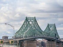 Γέφυρα Ζακ Cartier Pont που λαμβάνεται σε Longueuil στην κατεύθυνση του Μόντρεαλ, στο Κεμπέκ, Καναδάς στοκ εικόνα