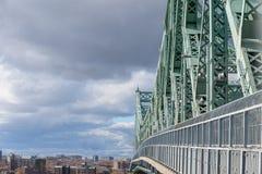 Γέφυρα Ζακ Cartier Pont που λαμβάνεται σε Longueuil στην κατεύθυνση του Μόντρεαλ, στο Κεμπέκ, Καναδάς, κατά τη διάρκεια ενός νεφε στοκ εικόνα με δικαίωμα ελεύθερης χρήσης