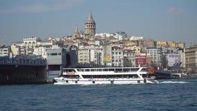 Γέφυρα και πορθμείο Galata με τον πύργο Galata στο υπόβαθρο στη Ιστανμπούλ Τουρκία απόθεμα βίντεο