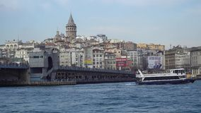 Γέφυρα και πορθμείο Galata με τον πύργο Galata στο υπόβαθρο στη Ιστανμπούλ Τουρκία φιλμ μικρού μήκους