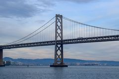 Γέφυρα κόλπων στο Σαν Φρανσίσκο - πύργος στοκ εικόνες