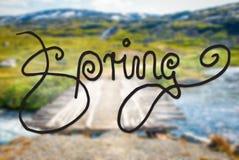 Γέφυρα στα βουνά της Νορβηγίας, άνοιξη καλλιγραφίας, ποταμός στοκ φωτογραφία