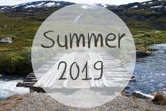 Γέφυρα στα βουνά της Νορβηγίας, αγγλικό καλοκαίρι 2019 κειμένων στοκ φωτογραφία με δικαίωμα ελεύθερης χρήσης