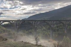 Γέφυρα των επτά φεγγαριών με την ομίχλη σε μια ημέρα με τα σύννεφα στην αυγή στοκ εικόνες