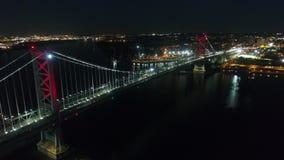 Γέφυρα πέρα από τον ποταμό στη μεγάλη σύγχρονη πόλη της Φιλαδέλφειας κεντρικός στον ελαφρύ φωτισμό νύχτας στην πανέμορφη εναέρια  απόθεμα βίντεο