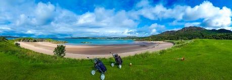 Γήπεδο του γκολφ με τα κάρρα και τις λέσχες στην άσπρη παραλία άμμου Gairloch στη Σκωτία στοκ φωτογραφίες με δικαίωμα ελεύθερης χρήσης