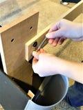 Γαλλικό κλειδί στροφής χεριών αγοριού στο μπουλόνι στοκ φωτογραφίες