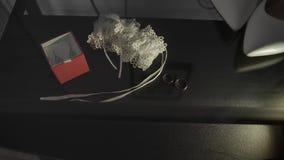 Γαμήλια δαχτυλίδια σε έναν μαύρο πίνακα γυαλιού απόθεμα βίντεο