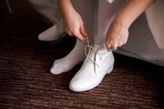 Γαμήλιες λεπτομέρειες νυφών - γαμήλιο άσπρο φόρεμα για μια σύζυγο στοκ φωτογραφία με δικαίωμα ελεύθερης χρήσης