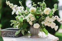 γαμήλιο λευκό τριαντάφυλλων μαργαριταριών πρόσκλησης διακοσμήσεων ντεκόρ καρτών μπουτονιερών ανασκόπησης φρέσκα λουλούδια σε ένα  στοκ εικόνα
