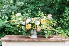 γαμήλιο λευκό τριαντάφυλλων μαργαριταριών πρόσκλησης διακοσμήσεων ντεκόρ καρτών μπουτονιερών ανασκόπησης φρέσκα λουλούδια σε ένα  στοκ εικόνα με δικαίωμα ελεύθερης χρήσης