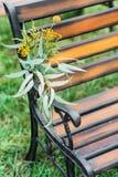 γαμήλιο λευκό τριαντάφυλλων μαργαριταριών πρόσκλησης διακοσμήσεων ντεκόρ καρτών μπουτονιερών ανασκόπησης φρέσκα λουλούδια σε ένα  στοκ φωτογραφία με δικαίωμα ελεύθερης χρήσης
