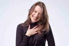 Γελώντας γυναίκα με μακρυμάλλη πέρα από τον άσπρο τοίχο στοκ εικόνα