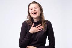 Γελώντας γυναίκα με μακρυμάλλη πέρα από τον άσπρο τοίχο στοκ φωτογραφία