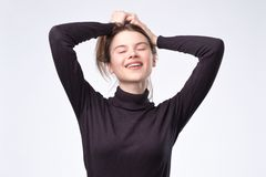 Γελώντας γυναίκα με μακρυμάλλη πέρα από τον άσπρο τοίχο στοκ φωτογραφία με δικαίωμα ελεύθερης χρήσης