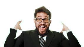 Γενειοφόρος επιχειρηματίας που φορά τα γυαλιά και ένα κοστούμι σε ένα άσπρο υπόβαθρο φιλμ μικρού μήκους