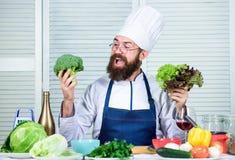Γενειοφόρος μάγειρας ατόμων στην κουζίνα, μαγειρική Να κάνει δίαιτα και οργανική τροφή, βιταμίνη Άτομο αρχιμαγείρων στο καπέλο Μυ στοκ εικόνες με δικαίωμα ελεύθερης χρήσης