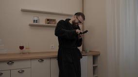 Γενειοφόρο άτομο με το φλυτζάνι του τσαγιού απόθεμα βίντεο